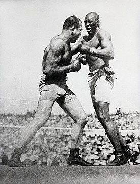 Jack Johnson fighting James Jeffries, July 4, 1910
